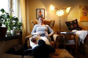 """SamtidskonstnärenMalinMatilda Allberg med sin katt Greta. Sedan mitten av oktober skriver MalinMatilda bloggen """"Lyckans smed"""".I den berättar hon om allt från vetenskap kring lycka och vardagliga ting som skapar lycka. Även om hur manundviker att bli olycklig.– Allt filtrerat genom mig och mina intressen. Många blir säkert lyckliga av att titta på Vasaloppet. Det blir inte jag, så det skriver jag inte om."""
