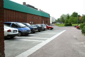 Trots att det inte är lagligt att parkera på torgområdet mellan Konsum och kommunen är det många som gör det.