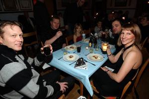 Roger Helander, Bölle, Elvira Martinsson Fredrik Lasses och Elisabeth Strid åkte upp från Borlänge för att fira nyår i Linsell.Foto: Håkan Degselius