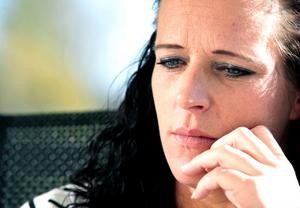 Linda Björklund riskerar att bli utan sjukpenning och tillfällig föräldrapenning om hon inte arbetar heltid som undersköterska och brandman alternativt söker nytt arbete trots att hon är i sjätte månaden.