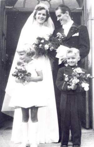 SmaragdbröllopHilda och Bo Lindholm, Hofors, firar 55-årig bröllopsdag i dag. De vigdes i Järvsö kyrka 24 juli 1954 av komminister Bengt Ahlinder. Brudnäbbar var sonen Leif-Åke och hans kusin Anethe Söderberg. Jubileet firas med mat vid Gammelstilla café med barn, barnbarn och barnbarnsbarn.