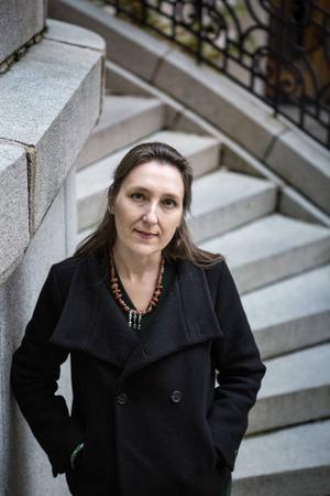 Efter attentatet mot Charlie Hebdo började Marie Darrieussecq skriva för tidningen för att visa sitt stöd.