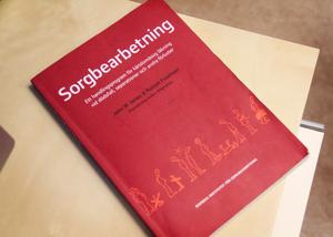 Boken Sorgbearbetning är kursens underlag. Den har hjälpt Anna Kallio genom sin sorg och hon hoppas att den ska kunna hjälpa fler.