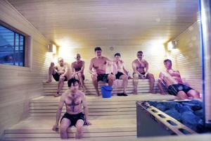 """Det är personalen på Fjärran Höjder som själva byggt den vedeldade bastun med plats för 20 personer. I går var den mycket välbesökt. """"Nu önskar vi oss snö bara som våra gäster kan rulla sig i"""", sa badchefen Bernt Jonsson."""