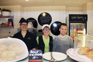 En andra familj. Från vänster står Monica Rörvik, 22 år, biträde, Sisko Kaisanlahti, 56 år, har övergripande ansvar samt lagar maten och Jani Kaisanlahti, 38 år, serverar maten och har hand om kafeterian. Tillsammans med gästerna är de som en stor familj.