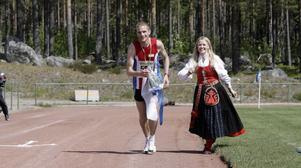 Mikael Lindberg från Edsbyn fick segerkransen av Marlena Eldh.