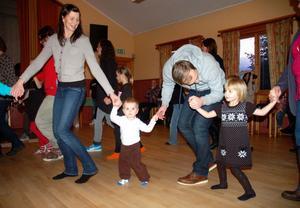 Många barn och föräldrar dansade ut julen i Färnäs i söndags.
