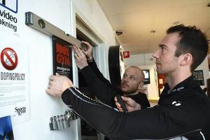 Andreas Forss skruvar med hjälp av personlige tränaren Mattias Månsson fast märket som visar att Sports Gym genomgått den rikstäckande antidopingcertifieringen Prodis.