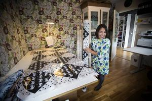 Arbetsrummet hemma i huset är fullt av tyger. Hela produktionen produceras i Sverige, 50 procent tillverkas i Östersund och resten i Borås.