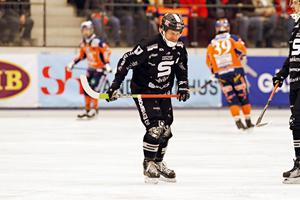 Mars 2010: SAIK förlorar en femte semifinal mot Bolllnäs, Muhrén är egentligen skadad, spelar ändå, men tvingas kliva av efter 20 minuter.