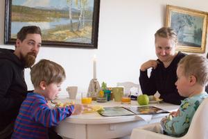 Frank, Felix, Erika och Sam Hallerdal från Stockholm kom till Ängelsberg för att titta på ett fritidshus och passade på att ta en Afternoon tea.