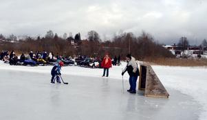 Både skotrar och fyrhjulingar fanns på plats på Brunnsjön under söndagen. Precis som ishockeyspelare.