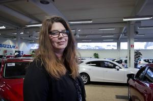 Genom åren har mycket tungt drabbat henne, men det jobbiga har hon vänt till något positivt. Ewa Persson Eriksen är en av Sundsvalls kvinnliga bilförsäljare, ett yrke hon stormtrivs med.