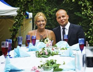 Efter mycket kärlek, prat och analyserande gifte de sig, Angelica Eriksson, 40, och Robin Olsson, 26, i Gävle i går. Vigseln ägde rum i Trödje och vigselförrättare var landstingsrådet Tommy Berger.