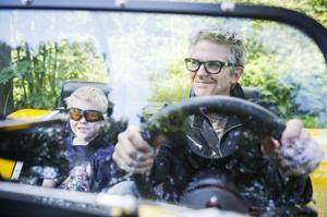 Det har tagit cirka fem år att bygga bilen och nu ser Henrik Berglund till att njuta.