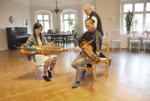 Chihiro Ito och Shouta Enomoto spelar en nors polonäs. Något som roar Håkan Larsson på institutet.