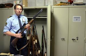 Det finns ett flertal vapenskåp med beslagtagna vapen i polishuset i Sundsvall.