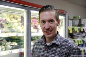 Förra året flyttade Ronnie Törnberg med sin familj till Los, att han fick jobb i butiken tycker han är helt fantastiskt.