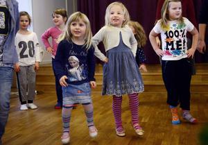 Linnea Dufva, Embla Holmvall ochEmelie Svensson dansade med stor glädje under julgransplundringen i Skönsmons kyrka.
