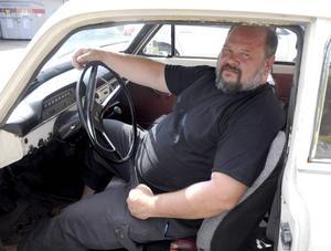 Sven Sörlin visar upp bilen som lottas ut under Old car meeting – en Volvo Amazon från 1969.