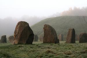 Stenarna vid Anundshög i tidig morgondimma.