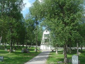 """14 maj 2008 sattes det upp skyltar vid vissa gravplatser med uppmaningen """"Kontakta Pastorsexpedition"""". Nu har det gått två år och om ingen anhörig hör av sig tas gravstenarna bort."""