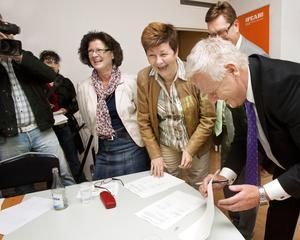 Glada miner. Dåvarande stadsdirektören Monica Ericsson och Ulla Persson (S) när Kokpunktsavtalet presenterades.foto: VLT:s arkiv
