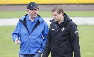 Domaren Björn Yngve och Indianernas lagledare Peter Johansson diskuterade banan före start.