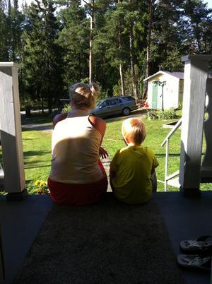 Moster Nettan och hennes systerson Joel filosoferar i kvällssolen på Vätö.