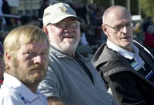 Peter Lindqvist, Mojje Engstedt och Tord Fredriksson njuter på publikplats. Tord och Mojje har gått på trav sedan slutet av 50-talet.