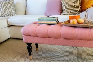 Stoppat. Stoppade möbler bidrar med mycket textilkänsla, men att byta ut soffor eller fåtöljer blir dyrt. En liten stoppad pall är ett bra sätt att få in färg och trendkänsla utan att det blir en stor investering. Andrea Brodin använder sin stoppade fotpall som soffbord.