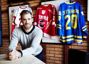 Henrik Zetterberg har hunnit fylla 35, men är fortfarande aktiv i Detroit Red Wings, dit han flyttade efter att i början av 2000-talet ha etablerat Timrå IK i Elitserien, i dag kallat SHL. Njurundaprodukten har också vunnit Stabnley Cup och blivit både olympisk mästare och världsmästare. Allroundkunnige