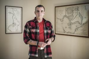 Mikael Esping har levt tjugo år som journalist och tjugo år som sjöman. Nu återstår tjugo år i arbetslivet som han kommer att ägna åt att skriva egen litteratur.