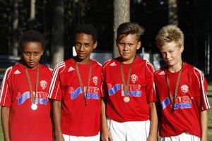 Sefonias Sällberg, vänsterback, Jafet Zewengel, högerforward, Liam Vabö, mittfältare och William Andersson, mittback. Alla fyra visade stolt upp sina bronsmedaljer efter semin.