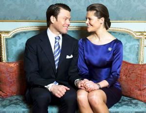 Victoria och Daniel förlovar sig. Kronprinsessan berättar att hon ser fram emot att hon kommer att få dela sina upplevelser med honom.