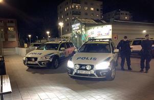 Polispatruller vid Skiljebo centrum efter skottlossningen.