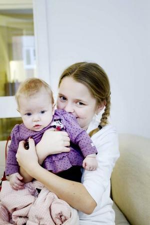 SYSKONKÄRLEK. Elvaåriga Madelene Åström är stolt storasyster till Maria.