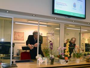 Kommunalrådet Ulf Hansson och länspolischefen Sten-Olov Hellberg klipper det blågula bandet och förklarar därmed den nya gemensamma receptionen för invigd.