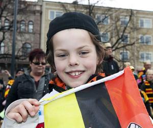 Fabian Isaksson, 8 år, går på Fridhemsskolan, Brynäs/Sörby.1. På läktaren i Läkerol Arena. Jag stod kvar en bra stund efter slutsignalen och viftade med flaggan.2. Calle Järnkrok. Han spelar bra och är en bra lagkamrat.