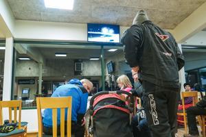Det var långt mellan åskådarna och bilarna, när de körde i rallyfart, och man kom närmare genom att titta på någon av TV-apparaterna inne i Totohallen.
