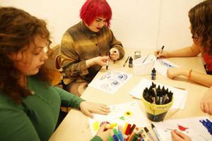 Sofia Valrygg och Sara Chi testar det nya materialet i Konztverkets lokal på Brunflovägen.