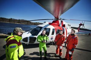 Åtta minuter, inte mer, och hela räddningsaktionen är över. Helikopterpersonalen var nöjd med din insats. Runt 130 gånger om året är de ute i skarpt läge.