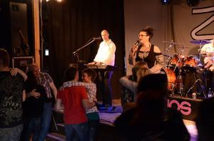 Zlips är ett populärt dansband och fyller ofta dansgolvet.