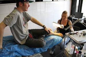 Seriös. Joel Hedström blir tatuerad av Heidi Moreno Ullmark på Genssys Tattoo i Sandviken. Han hade läst på deras hemsida om hygienkraven och tyckte att de verkade seriösa. Då blev det en tatuering på foten.