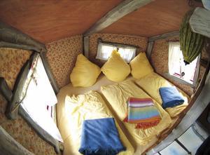 Genom upphöjda gångvägar och stegar kommer man till denna sovplats som också inkluderar ljus och frukostkorgar.