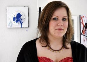 Sanna Hahlin med ett av sina verk.