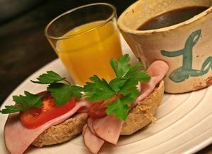 Kaffe, juice från egen press och hembakat fiberrikt bröd ger viktig energi för dagens arbete.