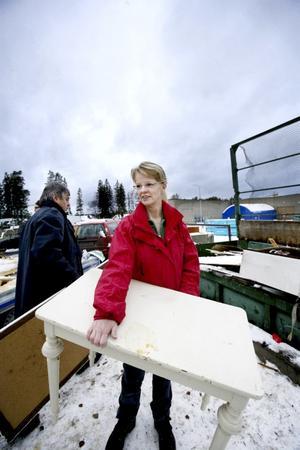 Ingrid Jacobsson Hallén från Östersund städer ur en lägenhet och slänger gamla möbler under dagens besök på återvinningscentralen. Foto: Lars-Eje Lyrefelt