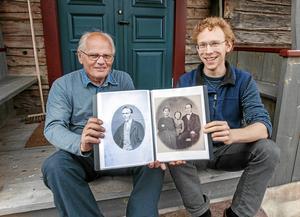 Lars-Erik Nerback och Olle Tranberg i Transtrands hembygdsförening visar upp de snart 150 år gamla bilderna.
