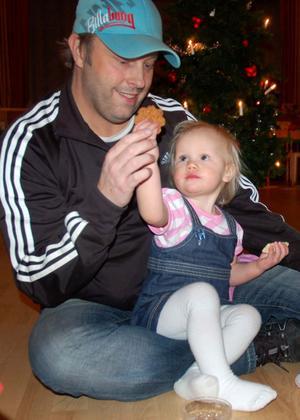 Lilla Tuva 1 1/2 år bjuder pappa Henrik Persson på en pepparkaka.